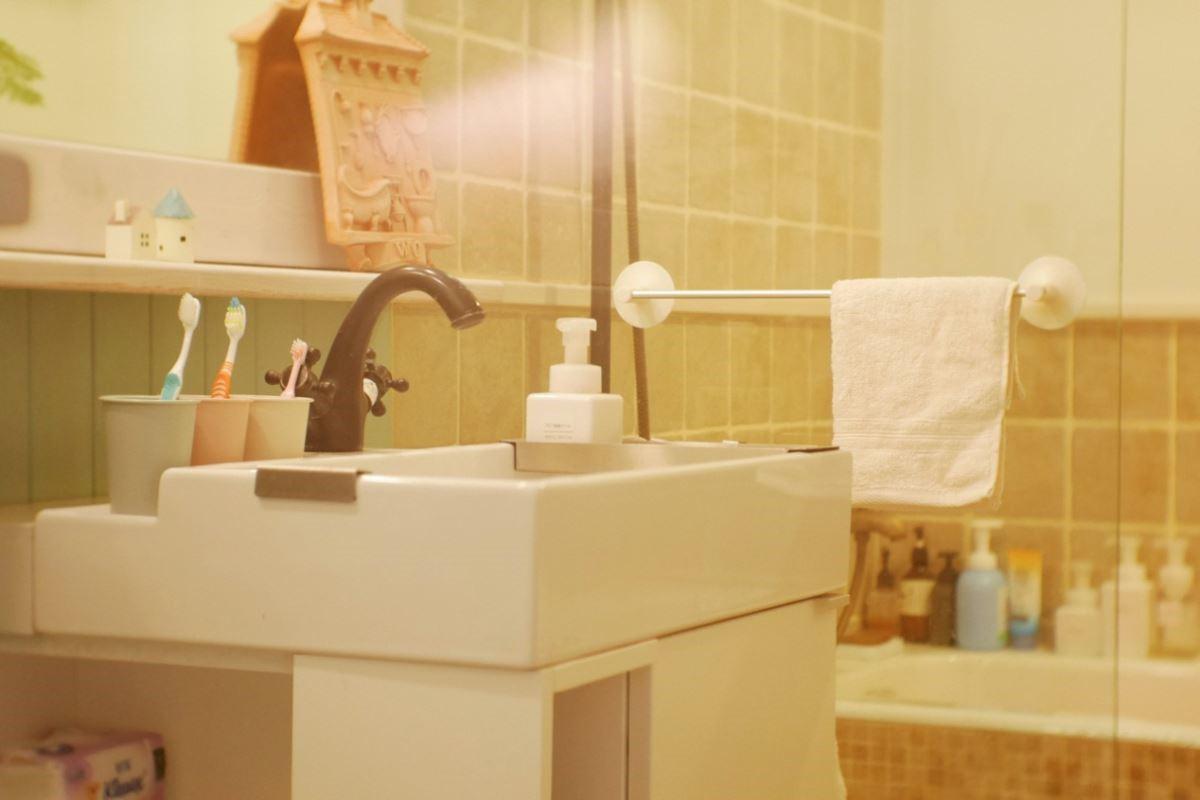 在浴室有大人高度的擦手巾與小朋友高度的,還有衣物分類籃,自然他會學著大人的習慣將髒衣物歸類。圖片提供_叢書編輯部、安格斯