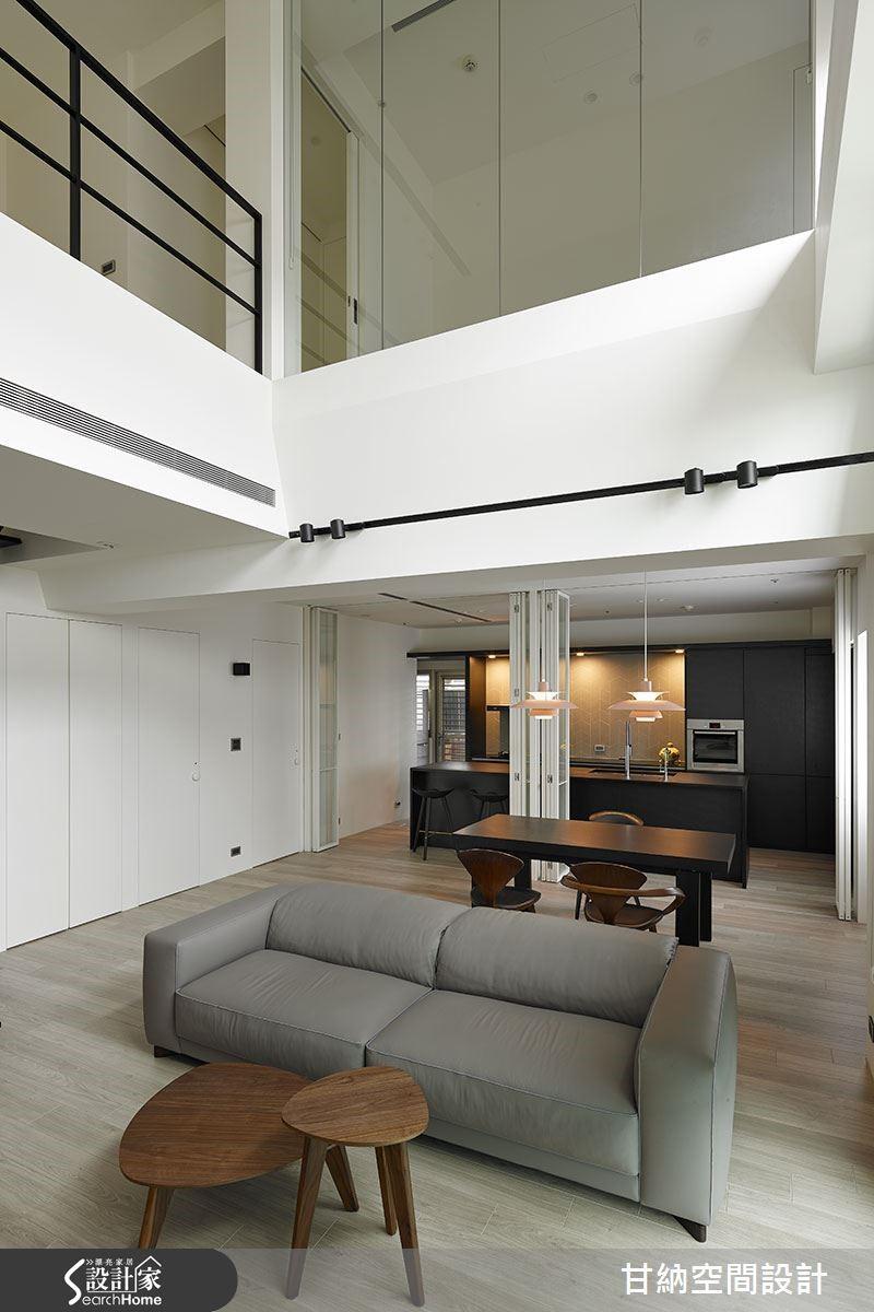 呼應著屋主對生活的自由想像,設計師簡化了空間中所有繁瑣的物件,而是以現代家具充實機能,同時也保留未來變化的更多可能。