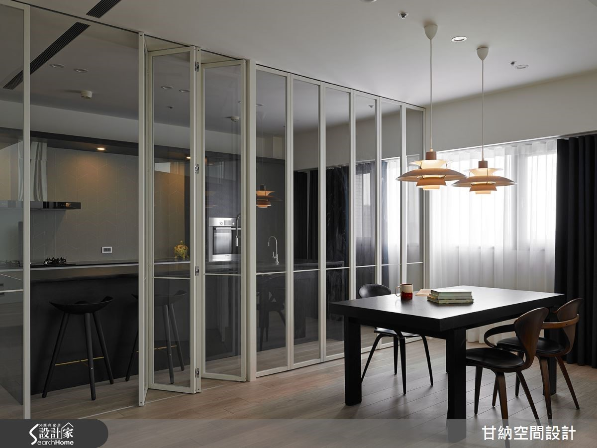 餐廳與廚房之間以玻璃拉門作為區隔,讓視線得以穿透其中而不顯封閉。
