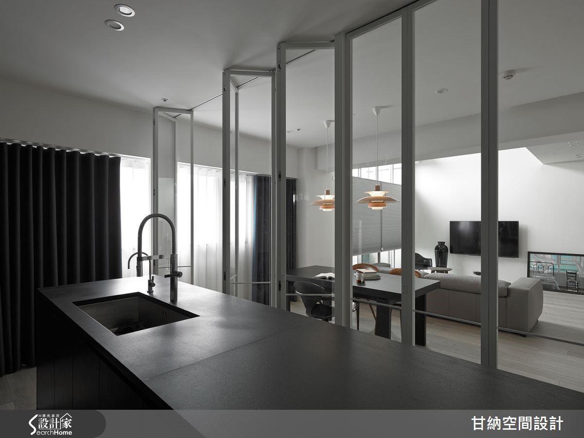 從廚房內向外望去,客廳側的明亮陽光也能透過玻璃拉門暈染於內。