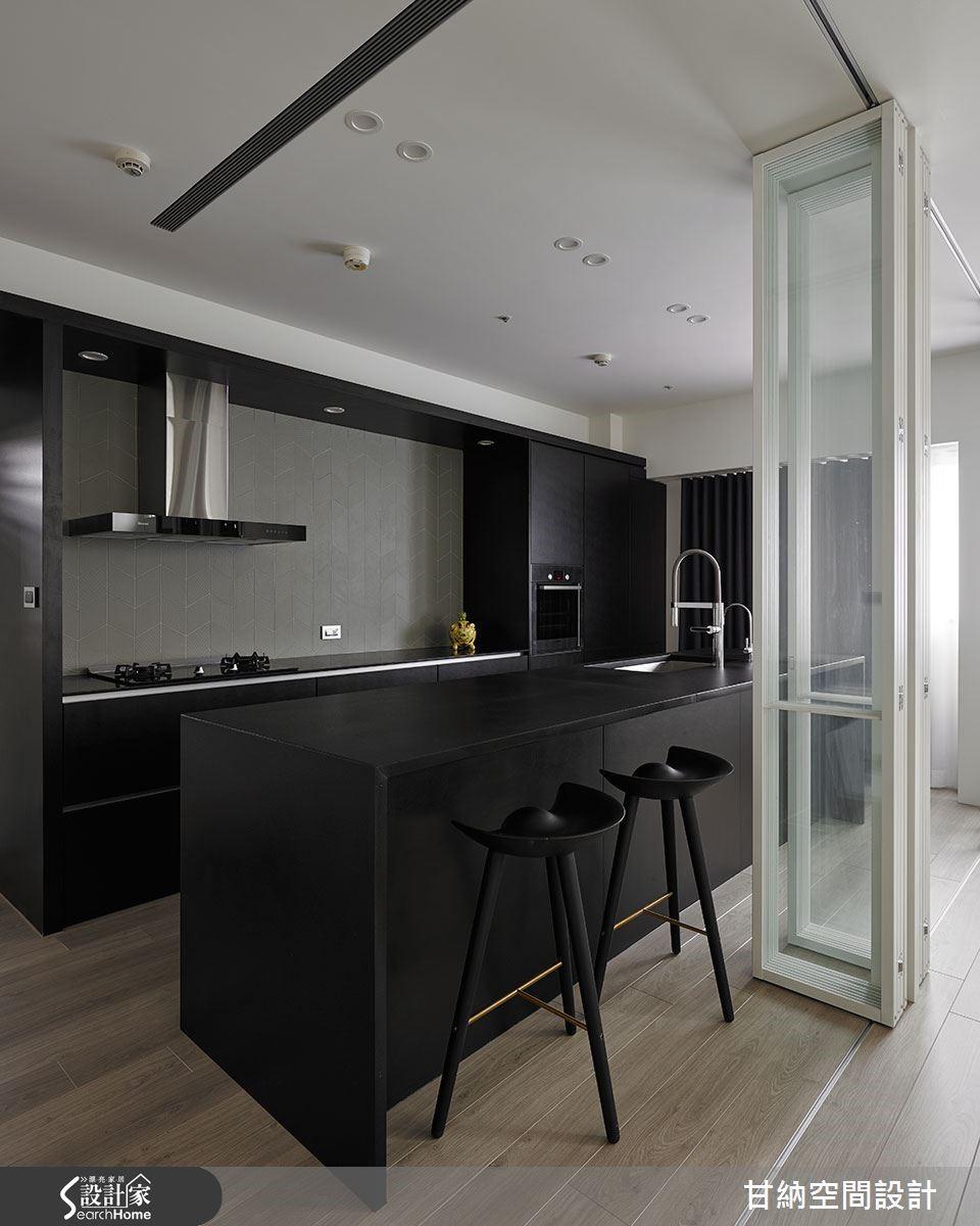 不同於客廳的白色主題,廚房區域則是以黑色為景,讓簡約的層次更豐富。