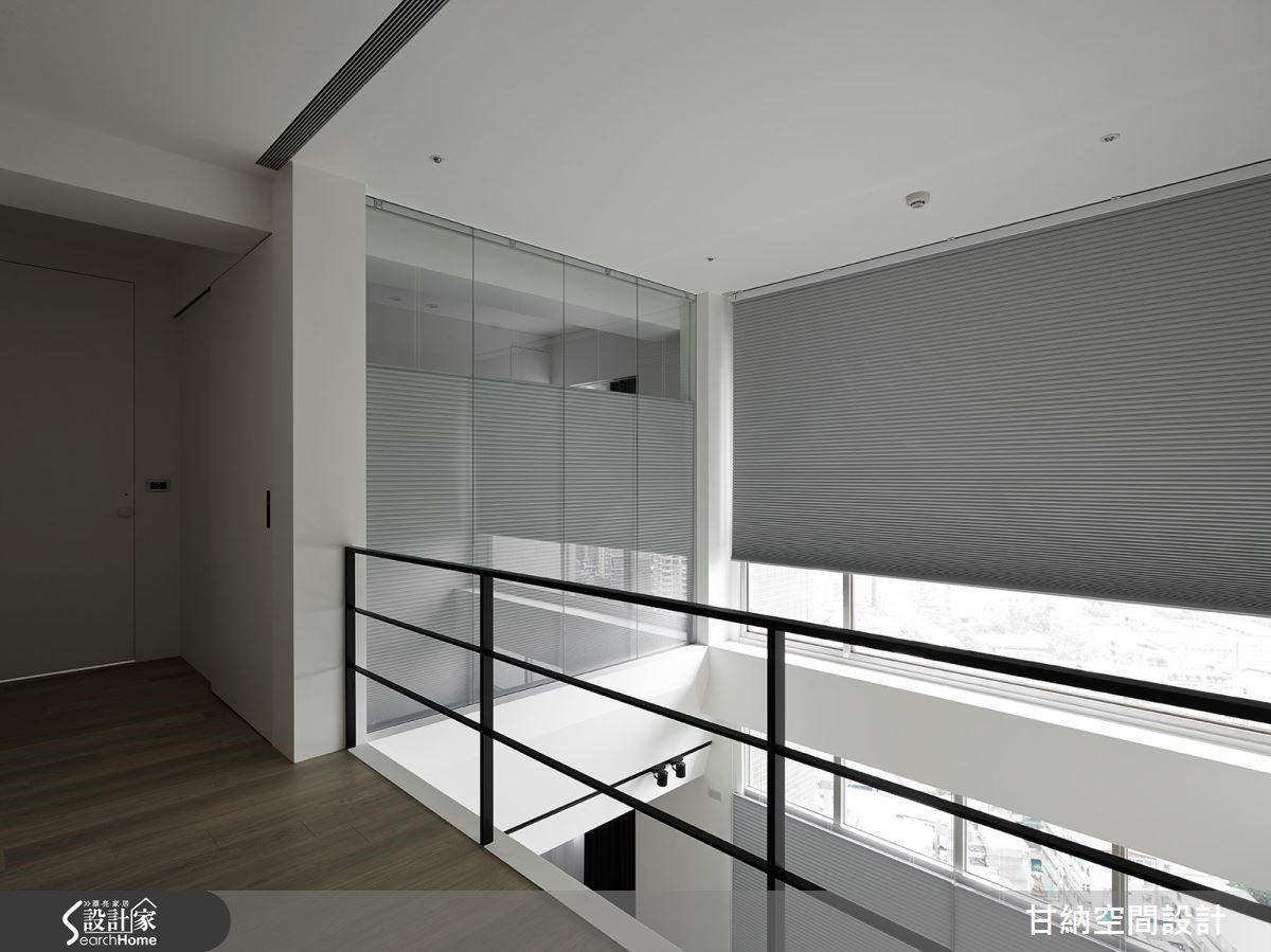 書房以玻璃作為隔間,藉由玻璃的清透質感來保持輕盈明亮的空間特性。