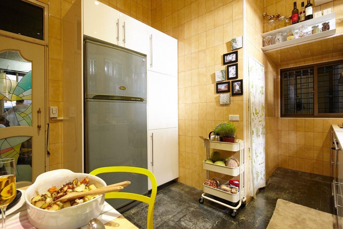 將廚房家電統一收納,讓視覺變得乾淨俐落,透過一些不著痕跡的收納手法,滿足了廚房空間的美觀與機能。攝影_黃暉中