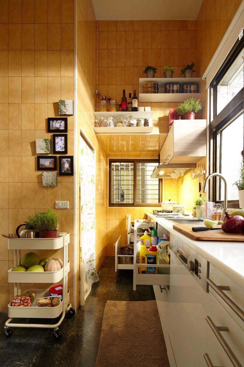 擁有明亮採光的餐廚合一空間,選擇具有自然材質的系統櫥櫃,依造空間環境搭配,打造出具有療癒風格的夢想廚房。 攝影_黃暉中