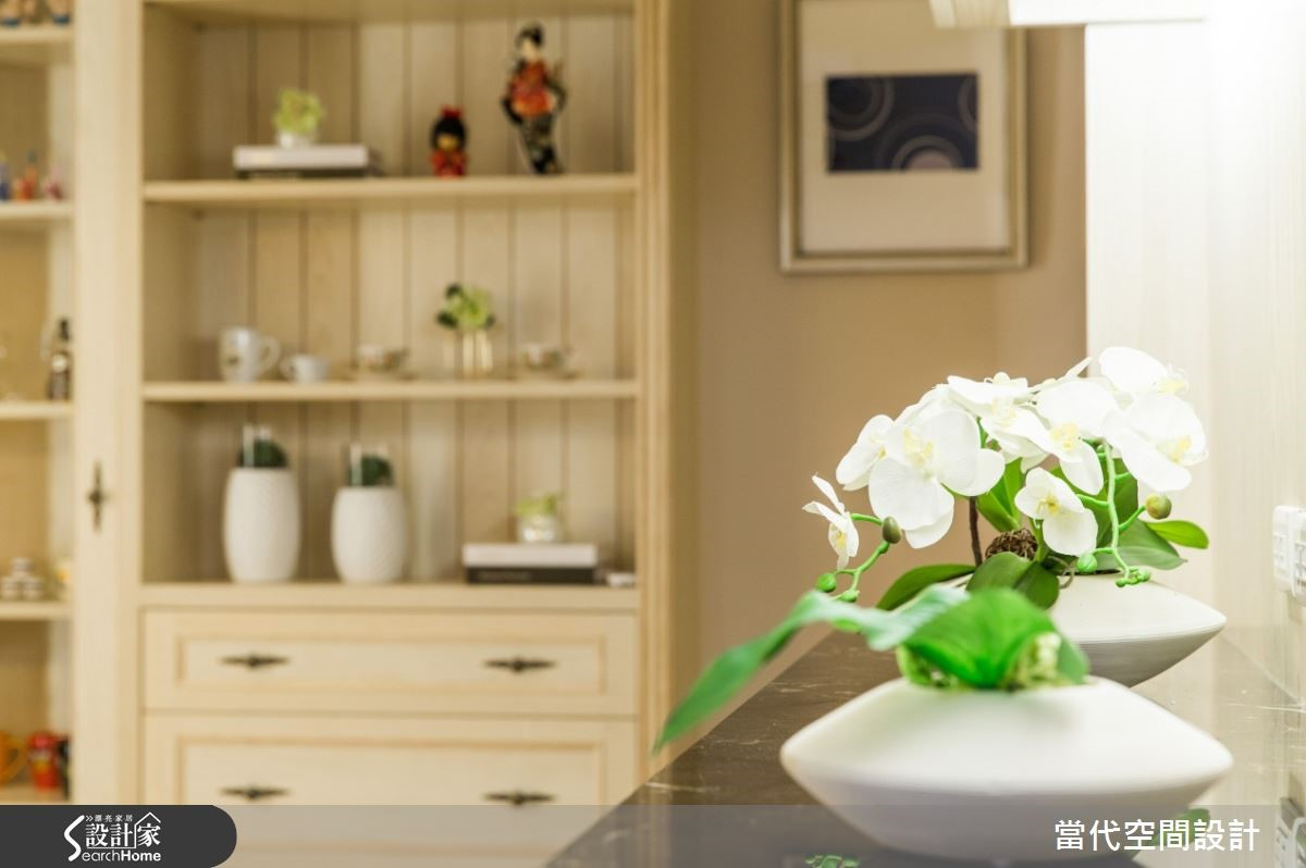 餐邊櫃的檯面選擇有質感的黑色大理石,解決吃色、不易保養的問題,又能兼具整個空間上的質感。