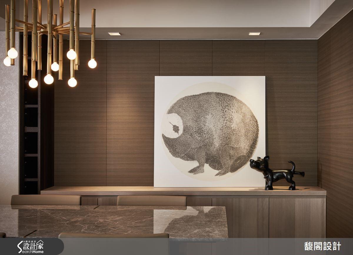 以水平、垂直木紋肌理襯托的大理石檯面餐櫃,端放畫家徐顥芸的水墨畫《他又說起第二個故事》,加上藝術家黃柏仁的小狗雕塑《不爽》臨門一腳,再度展現設計者的幽默。