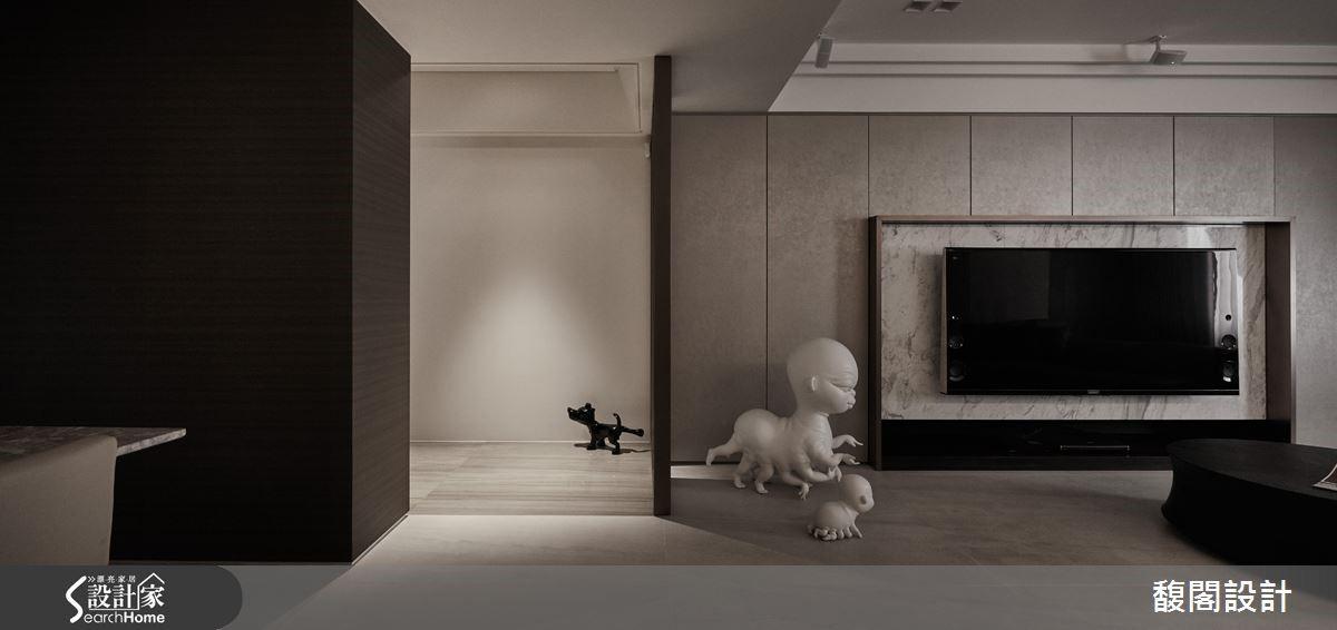 在俐落的線性切割語彙,沉穩內斂的用色之中,置入藝術家陳宗勳的雕塑作品《亂˙根》,以及藝術家黃柏仁讓人莞爾的黑色小狗雕塑《不爽》,替單純的生活場域注入幽默感。
