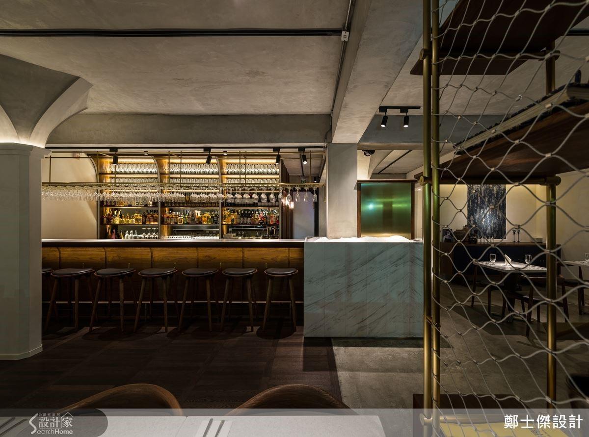 一入門就能看見的餐飲自助檯,運用大理石打造再輔以燈光照射,儼然成為最矚目的空間焦點。刻意擺放於空間中央的絕佳位置,即便是從外面看,也能輕易抓住路人目光。
