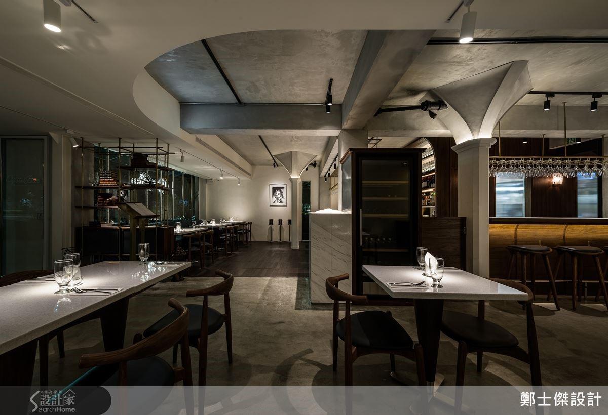 開闊的格局彰顯不凡氣度,揉合了優雅古典與粗獷工業的元素,展露迷人的時尚餐廳氣息。