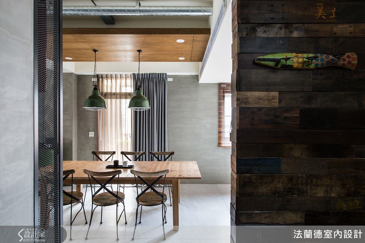 二樓樓梯間壁面延續一樓的舊木工字拼牆面,設計師運用相同素材語彙低調串聯住家整體風格。