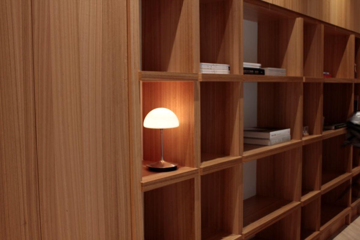 喜的燈飾桌燈可以依照使用者所需調整光線,不管在任何空間,都能輕易地派上用場,小而巧的造型兼顧了空間設計與實用需求。圖片提供_馥閣設計、喜的燈飾