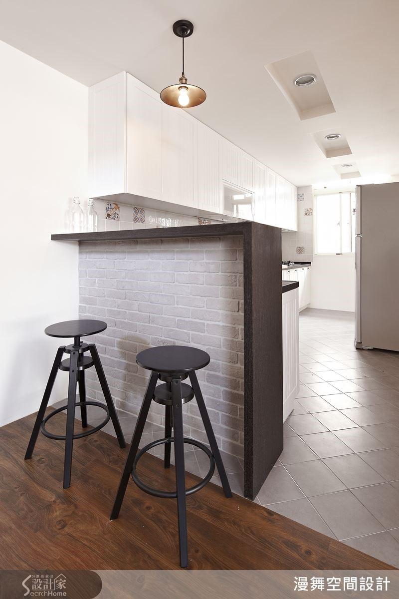挑選花紋別致的復古磚或文化石,再搭配鄉村風格強烈的線板櫃體廚具,讓你家的廚房告別渾身油煙的「灰姑娘」,變成夢幻又可愛的「白雪公主」。
