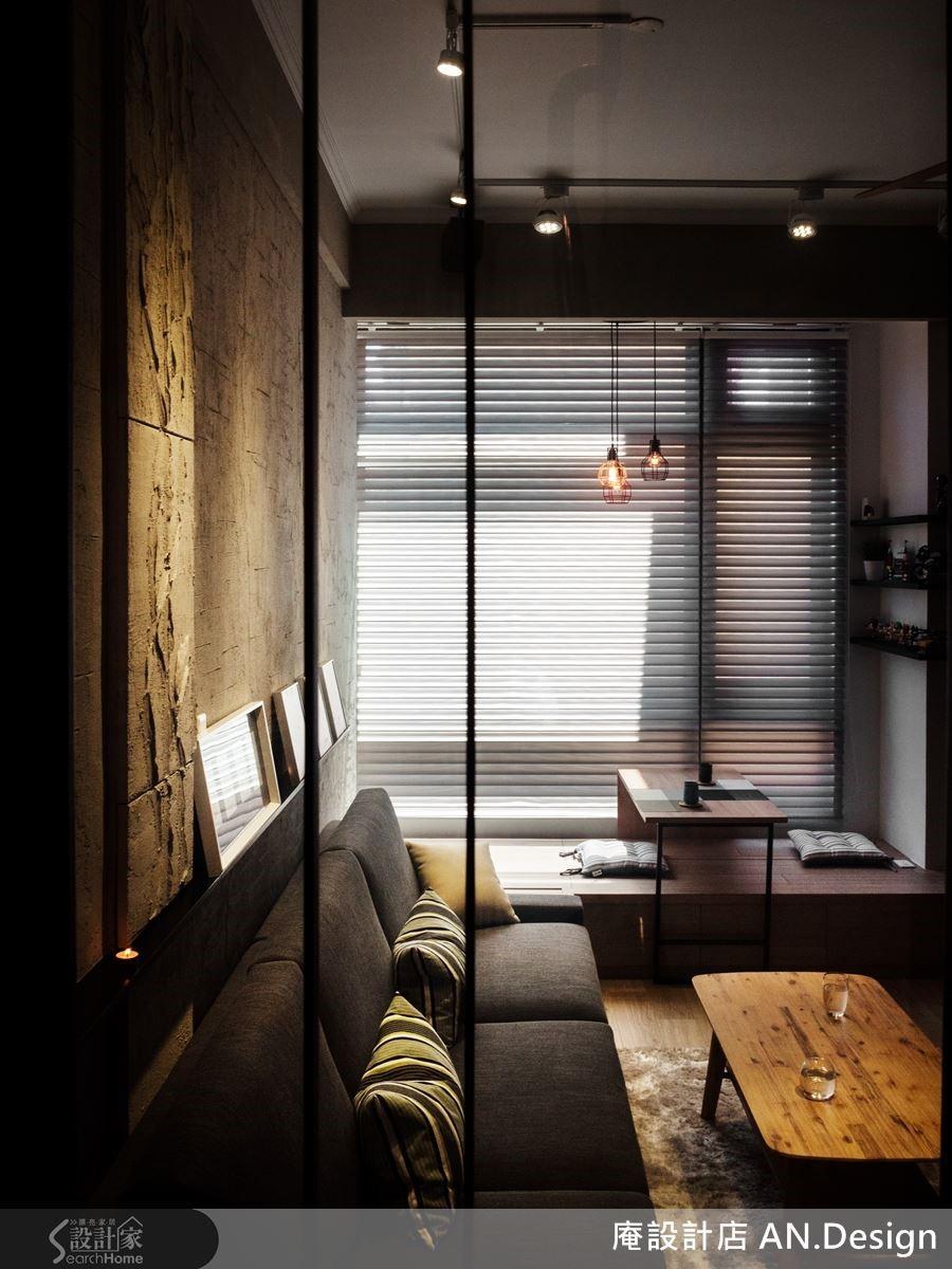 早起陽光灑落臥榻,而手感背牆沿伸至窗邊,運用原始原生的材料感受光的洗禮,選用柔紗簾,其兩層紗中夾上一層布,透過厚度展現建築的感性。