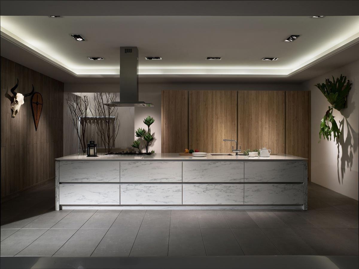 以石紋中島櫃與整面淺木紋櫃搭配,石紋重、調性冷;木紋輕、調性暖,兩者顏色與材質的交相搭配,平衡整體調性。