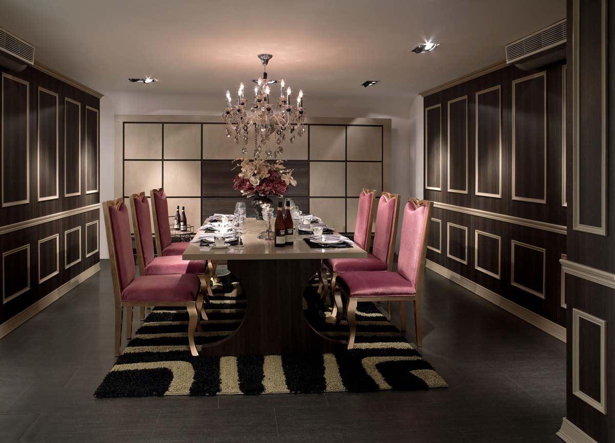 兩側壁面上同色系深淺配置以及整齊的立體方格線條排列,大格置上、小格置下,傳達主從關係。而延伸至後方的底部牆面,則將配色做相反的置換,線條採用平行溝縫呈現。兩者牆面相互呼應,搭配燈光與跳色家具,為沉穩華麗的餐廳注入活潑優雅的色彩。