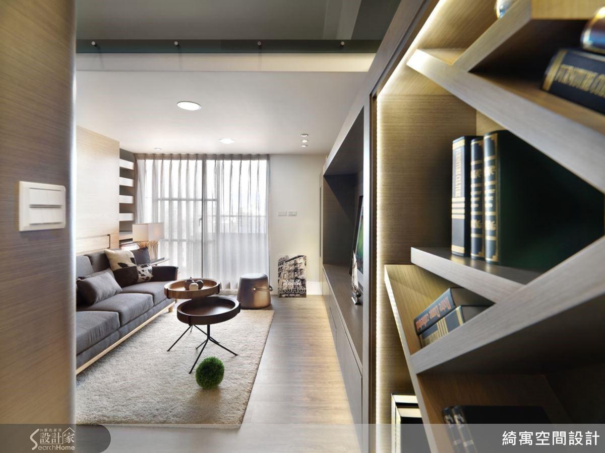 運用一氣呵成的書櫃連貫電視牆設計,創造流暢的視覺效果。