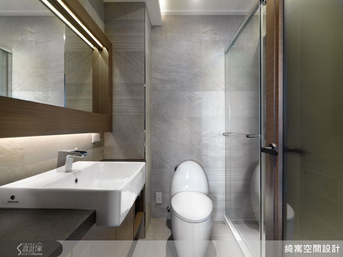 衛浴位於流理台的背面,而洗手台就是原本流理台所佔據的空間!調整流理台的位置後,整個衛浴空間的尺度變得相當寬敞舒適,讓屋主非常驚喜。