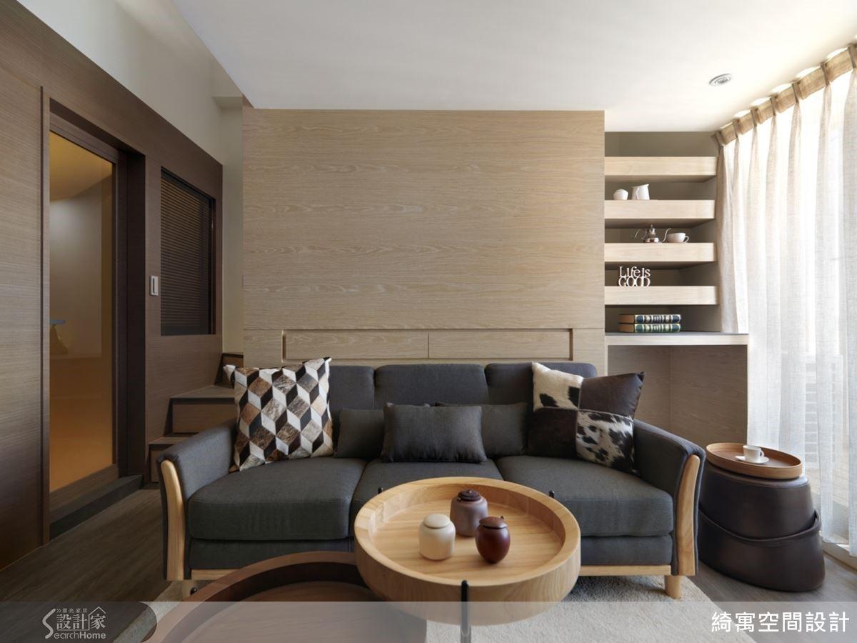 沙發背牆的背面是衣櫃與夾層樓梯,而畫面右方看似展示層架的設計,其實是通往夾層的鏤空式樓梯踏板!這也成為屋主展示心愛收藏的小小藝廊。