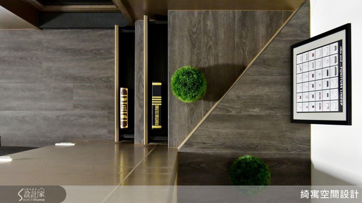 夾層樓梯結合抽屜設計,為空間帶來更多驚喜。