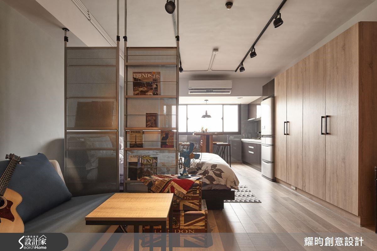 當室內軸線齊一,空間自然看起來寬敞。設計師調整後方廚房的位置,讓流理檯與冰箱衣櫃在同一軸線上,留出前方大片走道,導入明亮採光後,讓小空間擁有空間感。