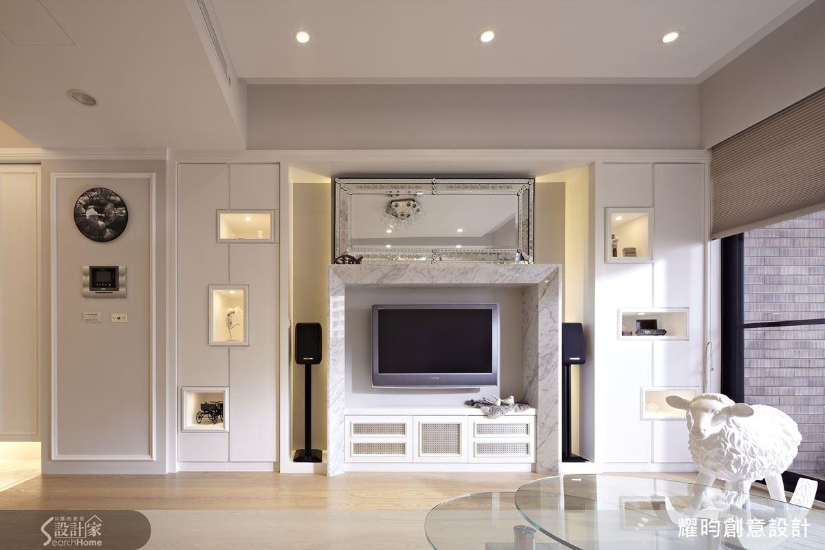 將家具或電視櫃與展示櫃合一,避免突出在空間中,再以線條與格櫃增添視覺變化,讓牆面不會齊線一致而顯得單調。