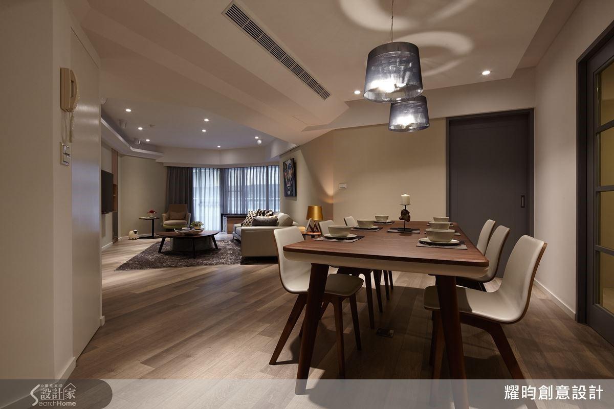 打斜格局後,將原本的走道納為餐廳的一部分,不但面積變大,也化解了視覺阻礙,讓客餐廳更具有整體設計感,動線流暢,視線更可由客廳穿越至餐廚區,空間更為大器。