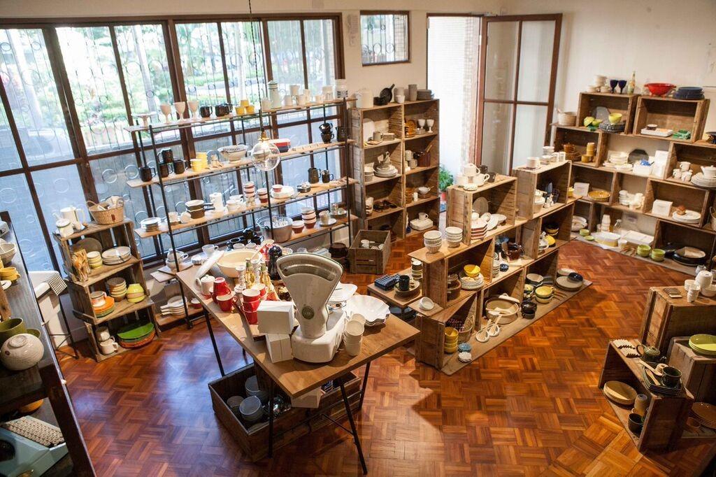 圖片提供_小器 X Macaroni cafe & bakery Taipei 保留民宅大部分原貌,以大量木作與鐵件呈現溫潤、優雅的氣息,人字拼木地板為空間增添富有層次的自然紋理。