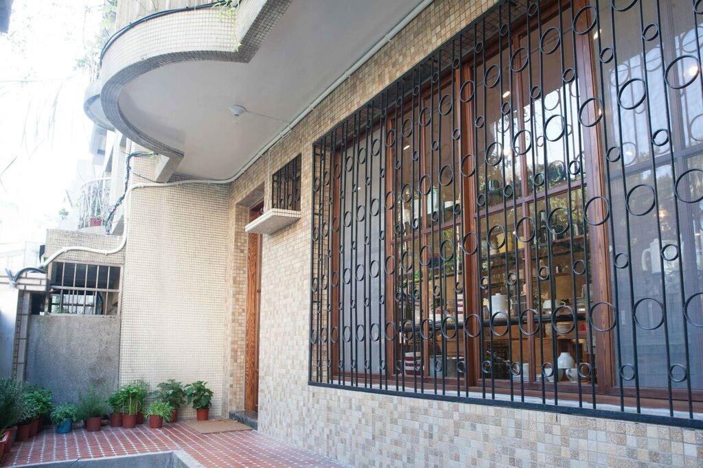 圖片提供_小器 X Macaroni cafe & bakery Taipei 保留台灣建築原始的鐵窗花,呈現復古真實的時代氣息。