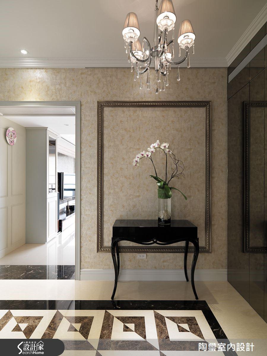 大理石拼花與水晶燈輝映典雅美感,仿若靜物畫般的端景牆引人入勝。