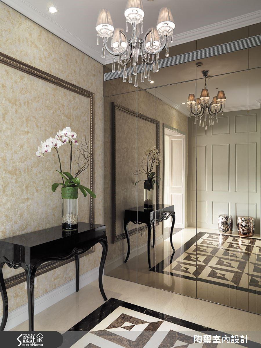 茶鏡後方隱藏充足的收納機能,同時也有放大空間的效益。