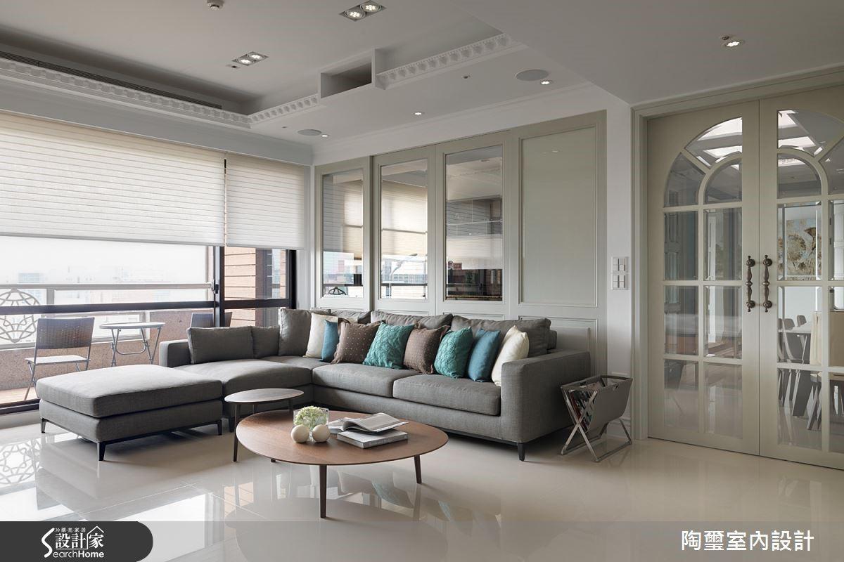 客廳以明亮清爽的白色為主要調性,天花板邊緣勾勒的精緻線板元素,是令人驚喜的巧思。