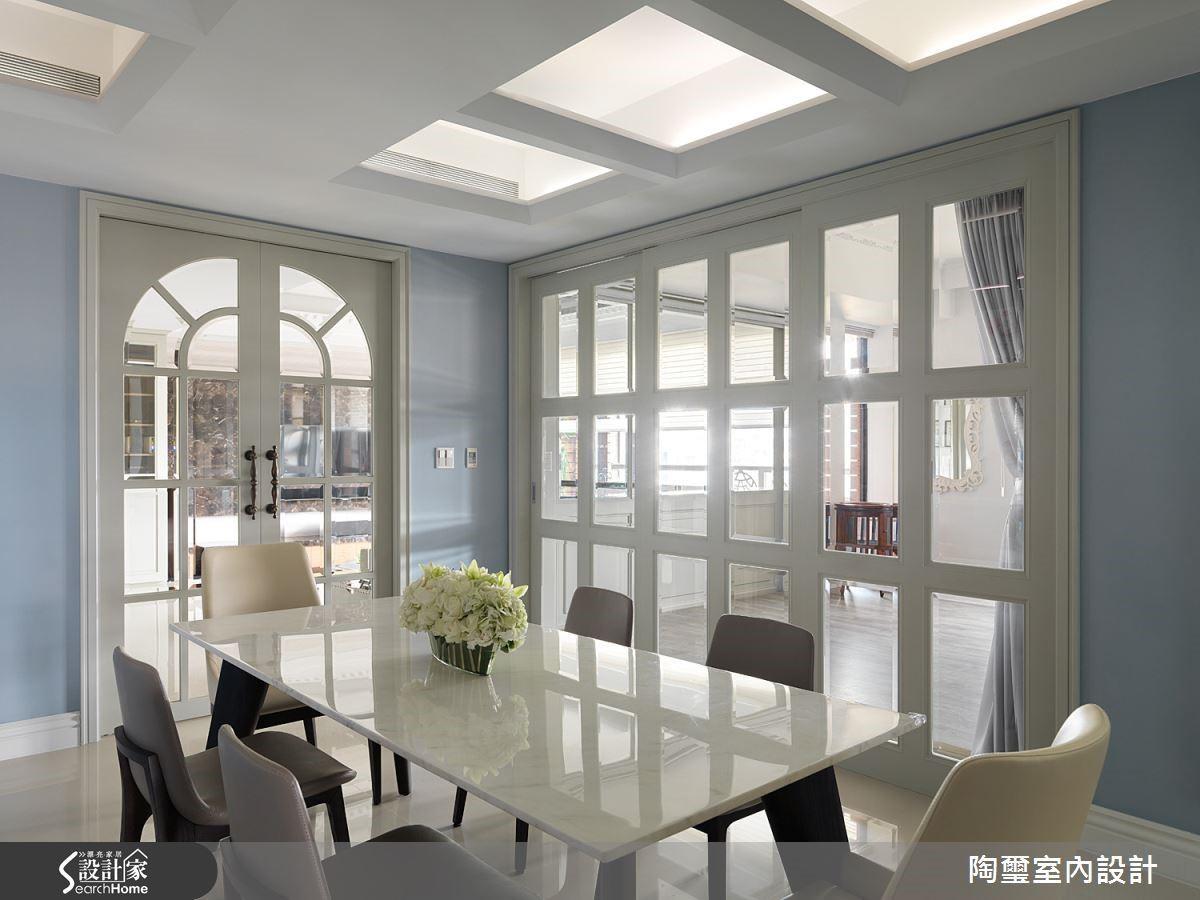 書房與餐廳之間則以格柵拉門界定,餐廳上方天花板的形式亦與之呼應。