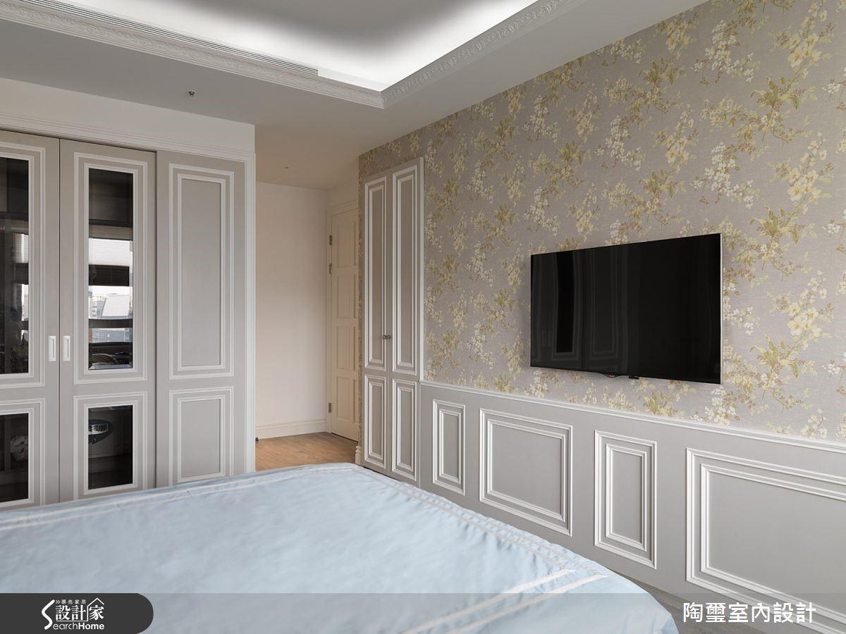 主臥室內也沿用了花朵意象,清新的淡黃碎花壁紙營造出舒壓的睡眠環境。