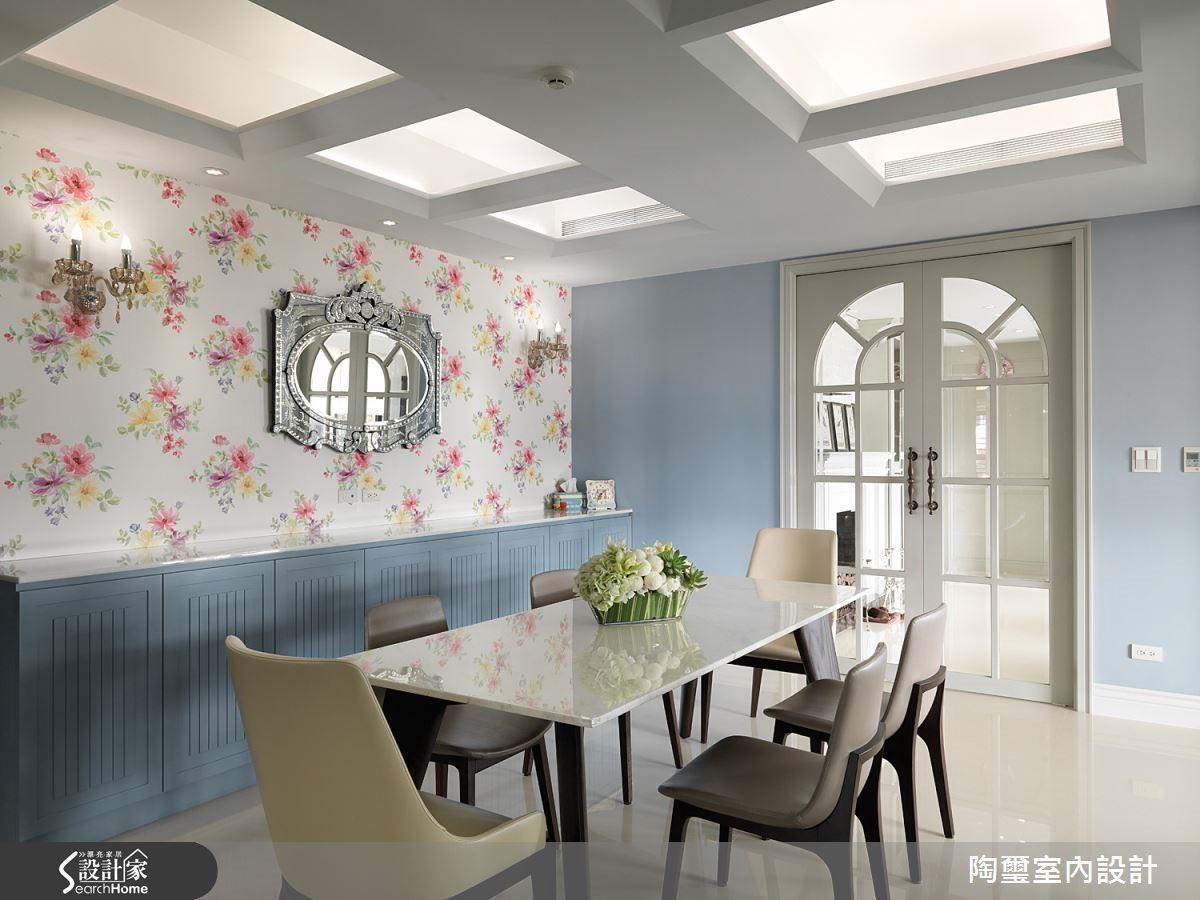 碎花壁紙是歐式居家常見的設計,設計師巧妙搭配一件銀框鏡飾,更添夢幻氣息。