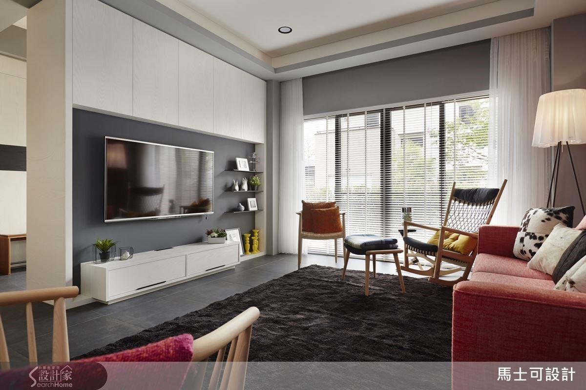 客廳場域以灰色為基底,搭上白色櫃面與天花板,低調而溫潤的質感全然烘托出窗外綠地的自然有氧。