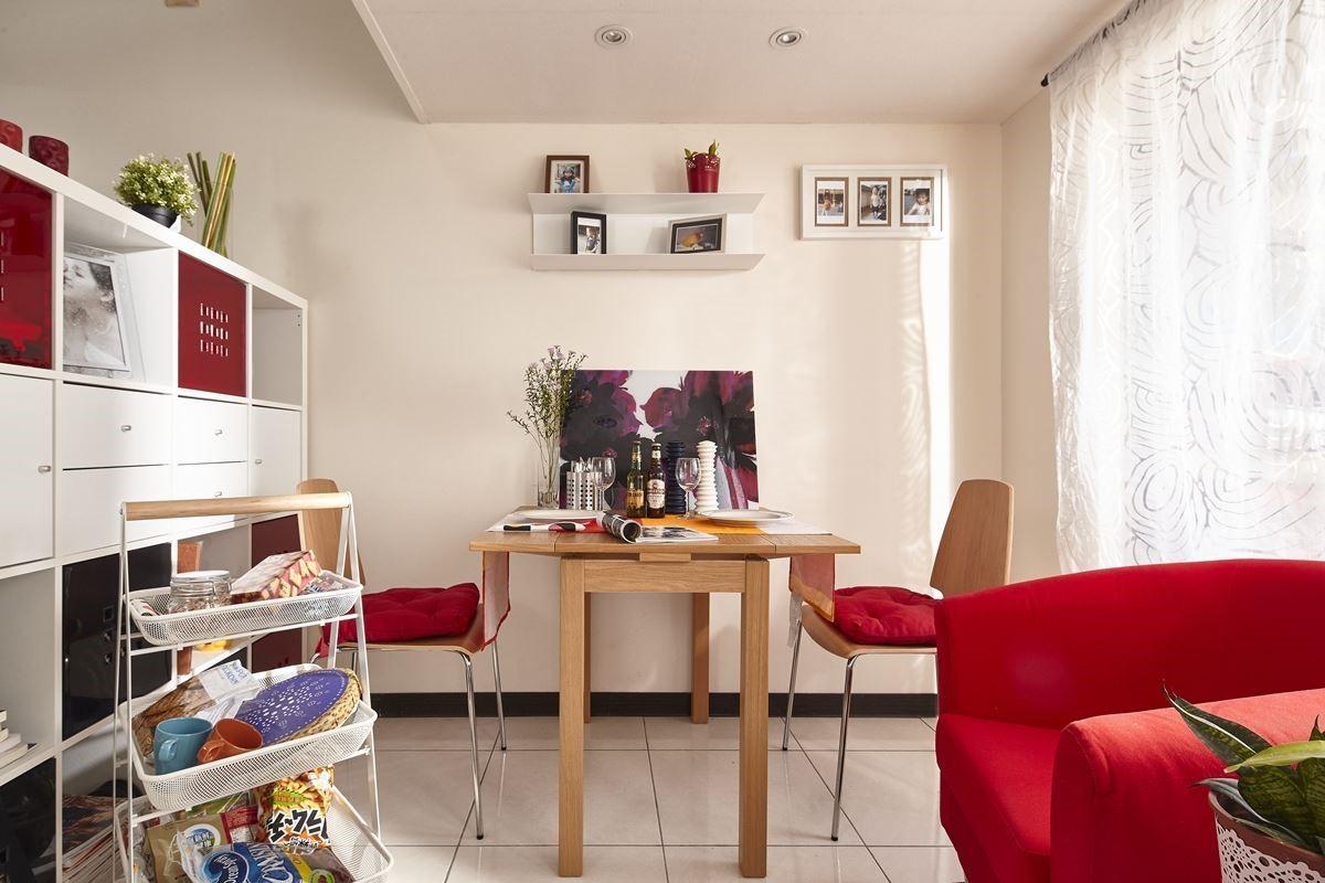 運用家具櫃體:TULLSTA 紅色扶手椅NT.$2,995元、RISATORP 白色推車NT.$2,490元。