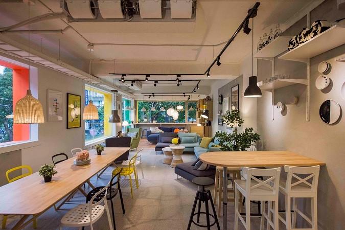 保留老屋的大片玻璃窗戶,讓室內空間有良好採光,設置靠窗座位區,讓消費者可以一邊享用美食一邊看城市街景。圖片提供_IKEA