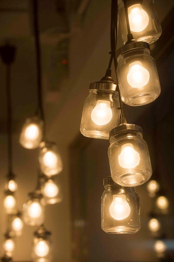 利用萬用玻璃罐變身特色吊燈,發揮小巧思打造創意居家佈置。圖片提供_IKEA