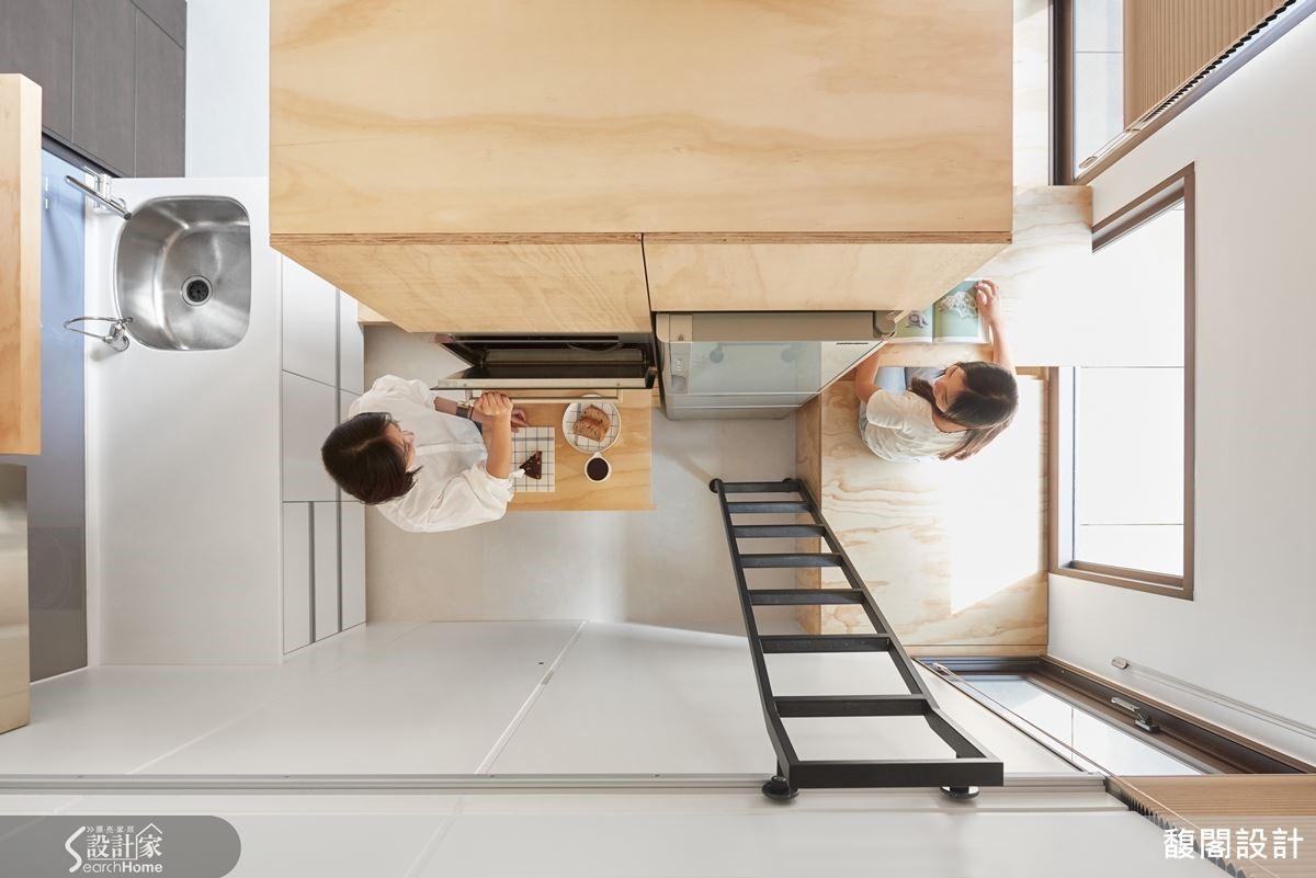 不做到頂的電視牆兼電器櫃區隔廚房與客廳,再利用架高平台讓空間串聯,形成雙動線。