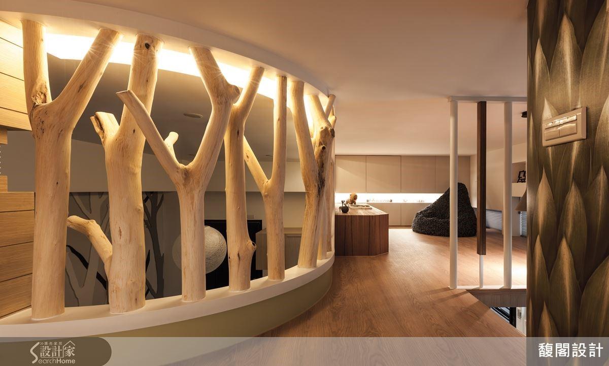 利用原木樹幹做為空間區隔,既保留穿透感,更凸顯樹屋的主題。