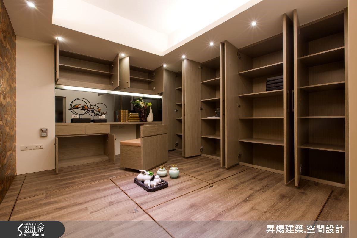 利用新古典中的線板線條,打造出井然有序的展示收納櫃,滿足屋主在家觀看藝術品需求;而主臥空間,獨立式收納衣櫥與電視櫃,也輕鬆營造空間美學;書房兼客房完全的可掀式收納空間與牆面櫃體,營造出簡單俐落的氛圍,收納環節一點也不馬虎。