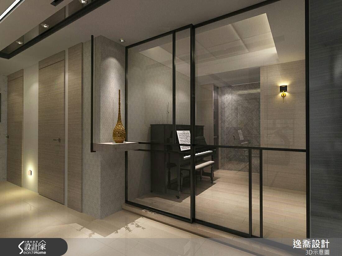 同樣的思維也展現於練琴房的玻璃隔間,簡潔俐落的幾何線條勾勒,展現當代線性之美。