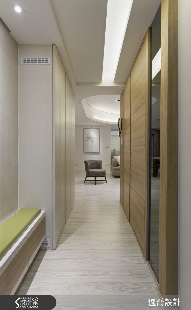 玄關天花板的設計具有引導動線的效果,左右兩側深淺不同的木質感設計則交互對映出層次變化。