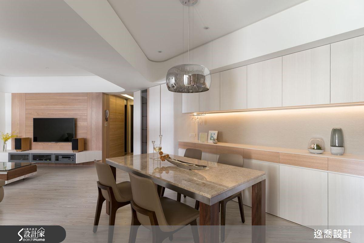 純白為主的空間裡,搭配清新的橡木質感牆面與超耐磨木地板,帶來神清氣爽的氣息。
