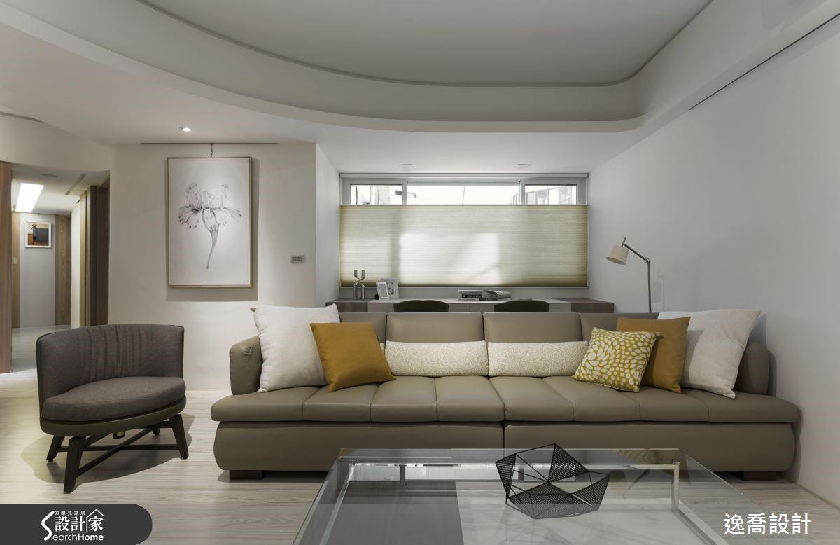 客廳的採光窗正好是一處畸零空間,設計師在此安排一道書桌,便成了屋主夫妻最喜歡的陽光閱讀角落。