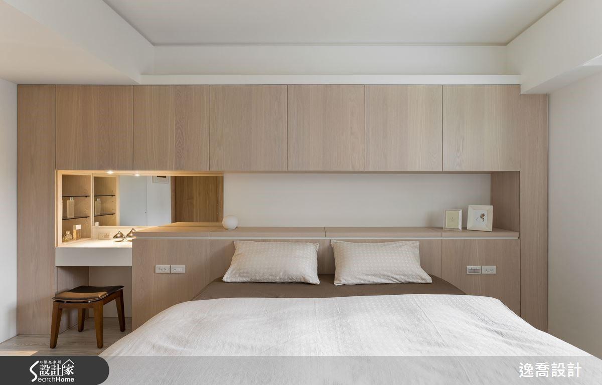 臥室床頭牆作出整面木櫃並結合上方的間接燈光以及左側的梳妝台,中段鏤空處與化妝鏡形成微妙的美感效果,讓空間感十分輕盈淨透。