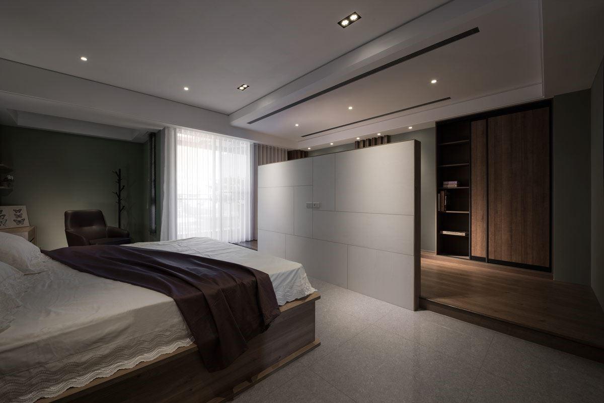 開放式的隔間方式,面對床頭一方,僅以不干擾的白色牆面表現,但從中透過簡易線條的拼接,舒適又具設計感。