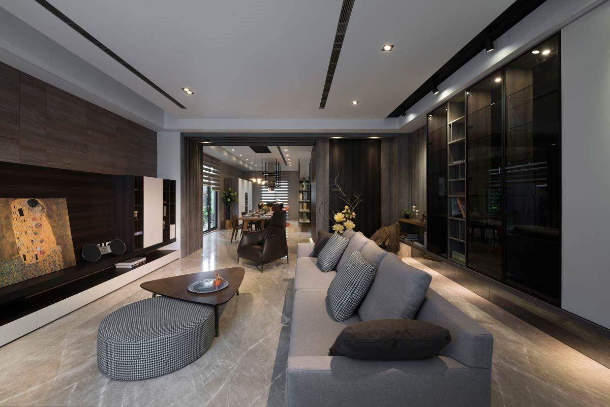 穿透式的設計概念,除了運用在整體空間的貫穿外,大面積的深木色櫃體,夾雜一淺木色櫃,頗具活潑感。透過局部打燈與玻璃,映照出茶鏡般低調的穿透效果。