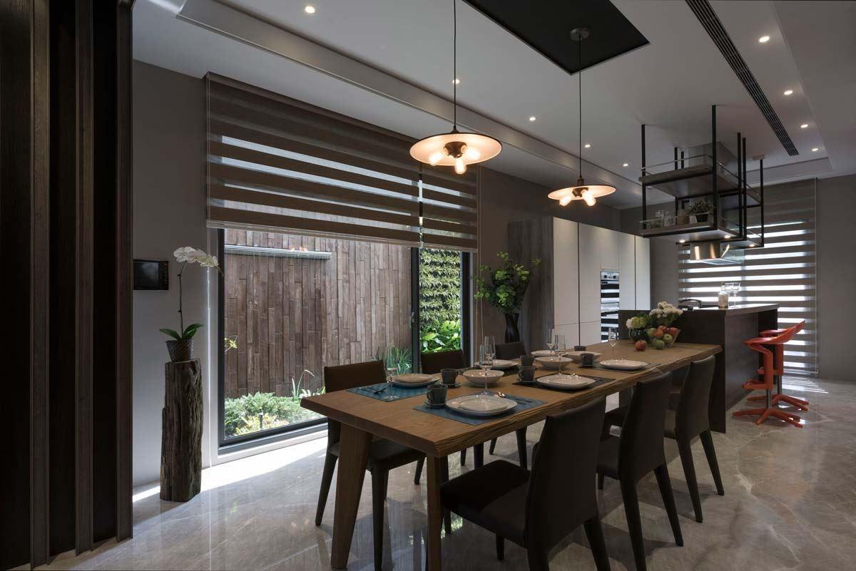 黑與木色運用的絕佳搭配呈現。雙面黑框落地窗引光入室,使餐廚空間整個亮了起來,木質色捲簾可調整光源與窗框作伴對應鐵件吊櫃,更有層次。吧檯連結餐桌,使餐廚空間的對話更顯容易。