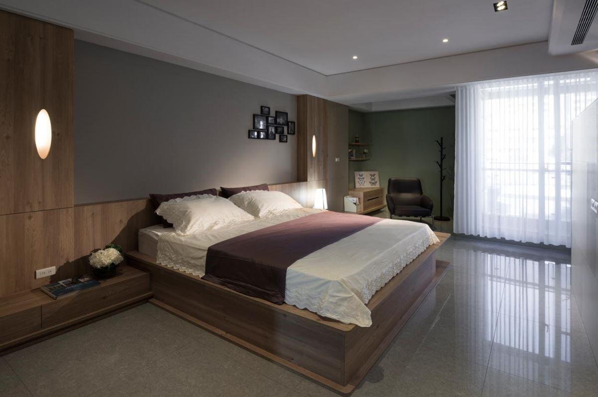 整面床頭以牆代之,僅薄薄的檯面減輕睡眠時的壓迫感,床邊櫃也採低矮設計與床架無縫結合,細緻度極佳。嵌入式的床頭燈,簡潔呈現,營造舒適減壓的臥室空間。